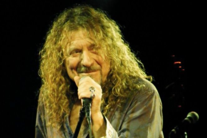 Robert_Plant_at_the_Palace_Theatre,_Manchester