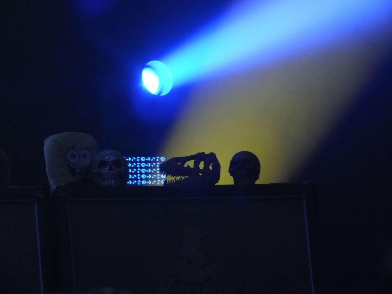 Auf einem seiner Verstärker hatte der legendäre Gitarrist ein paar Maskottchen dabei.