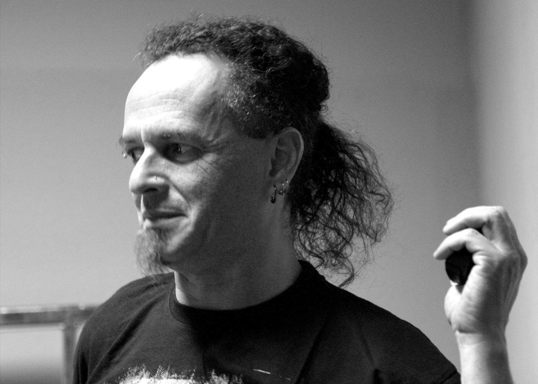 Roger De Souza ist für Phil Campbells Gitarren zuständig.