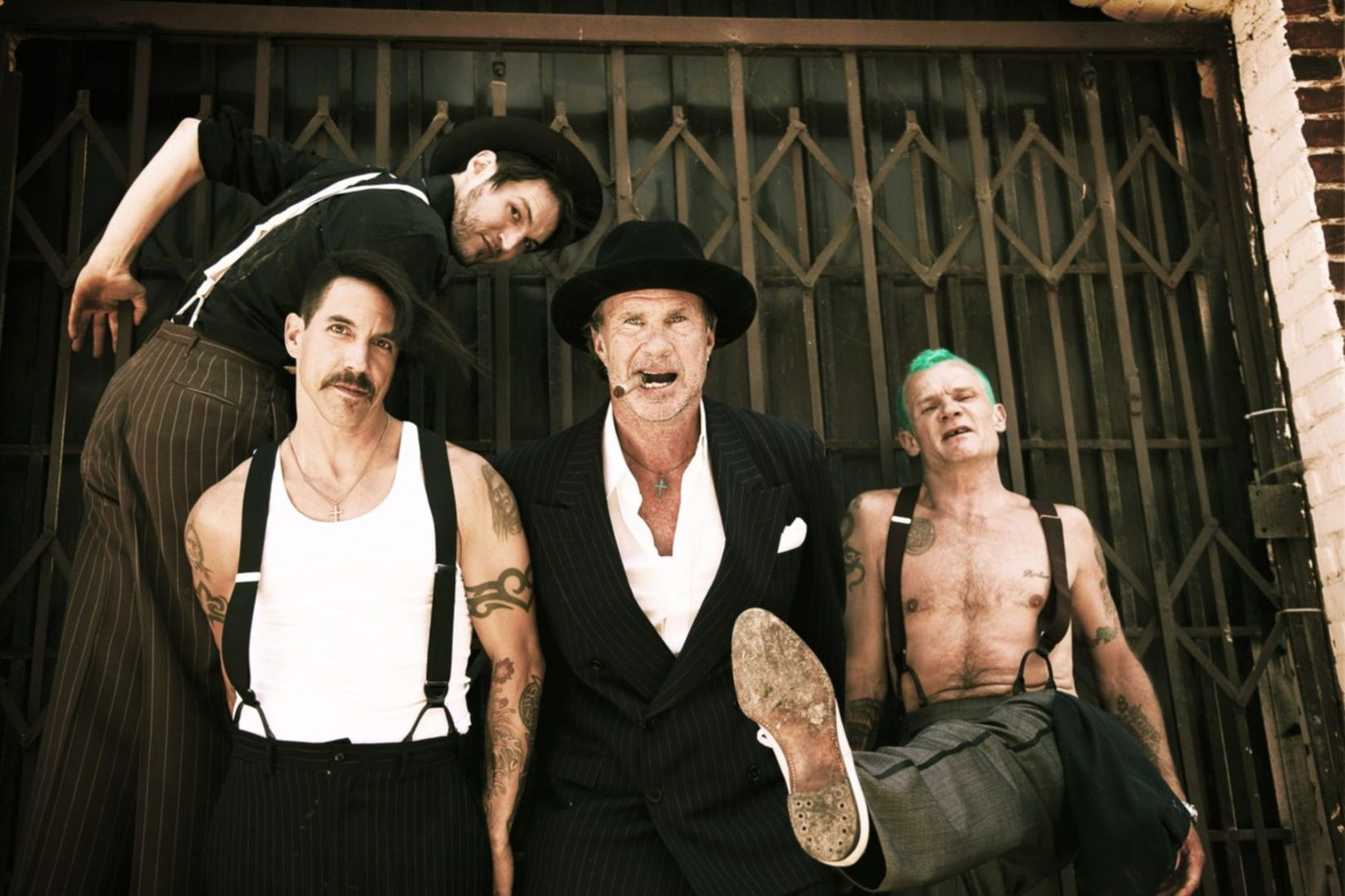 red hot chili peppers spontanes beatles cover mit anthony kiedis am bass. Black Bedroom Furniture Sets. Home Design Ideas