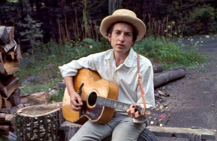 Bob Dylan mit Akustikgitarre