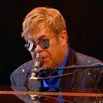Elton John in seinem Video zu Still.