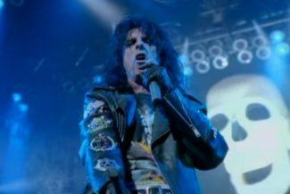 Alice Cooper im Video zu seinem Hit ›Feed My Frankenstein‹.