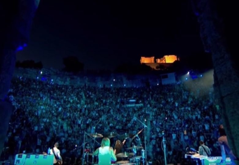 De Foo Fighters live in der historischen Akropolis in Athen.