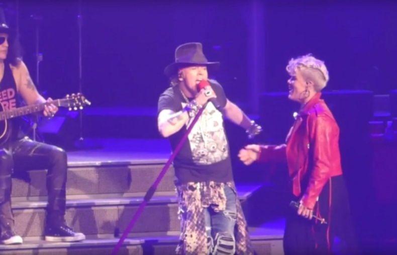 Guns N' Roses und Pink singen zusammen Patience im Madison Square Garden, New York.
