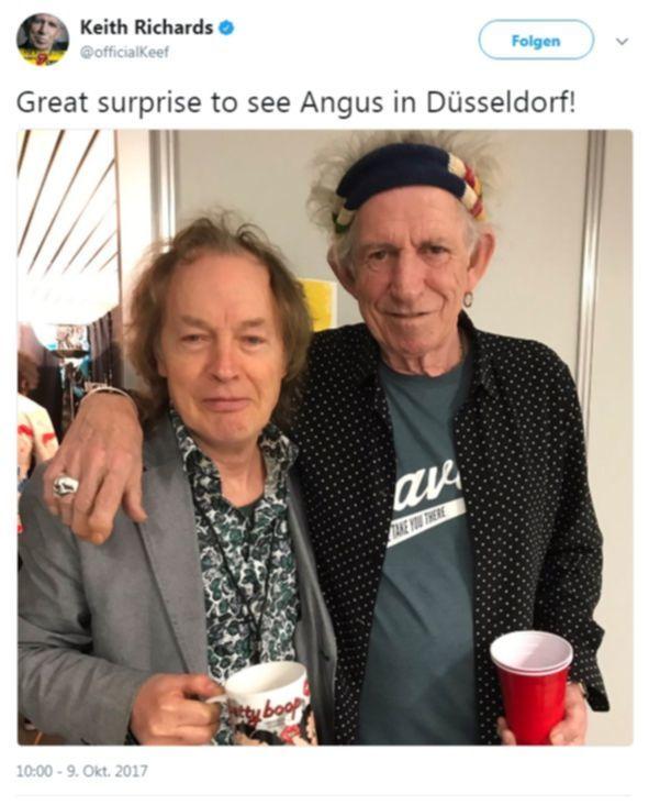 Angus Young überrascht Keith Richards bei der Stones Show in Düsseldorf 2017.