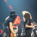 Guns N' Roses spielen ›Paradise City‹ zusammen mit Dave Grohl von den Foo Fighters.