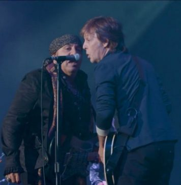 Little Steven bittet Paul McCartney auf die Bühne.