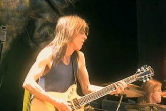 Malcolm Young auf der Stiff Upper Lip-Tour 2001