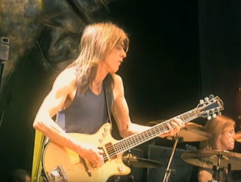 Malcolm Young auf der Stiff Upper Lip-Tour 2001
