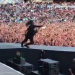 """Dave Grohl """"fällt"""" in Stockholm von der Bühne"""